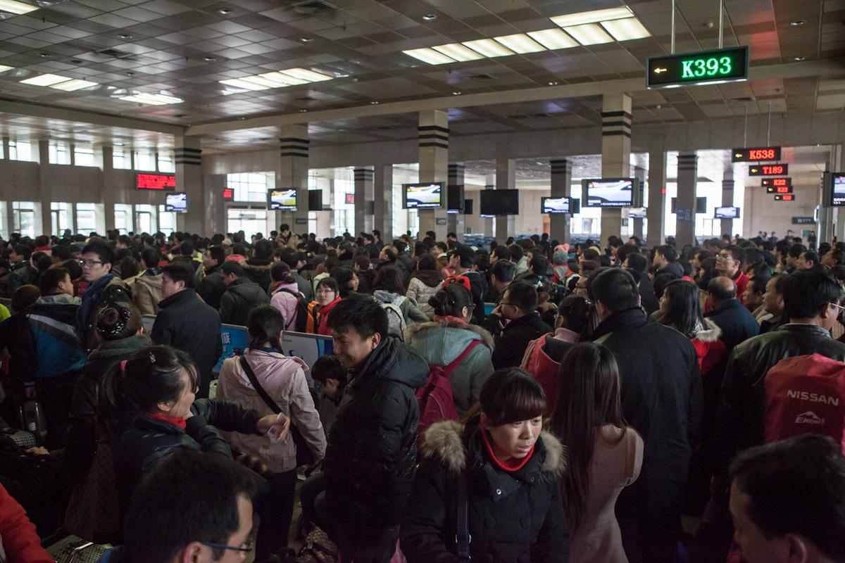Reisende warten während des chinesischen Neujahrsfestes in der Wartehalle im Bahnhof in Guilin auf ihren Zug. Guilin - Guangxi - China
