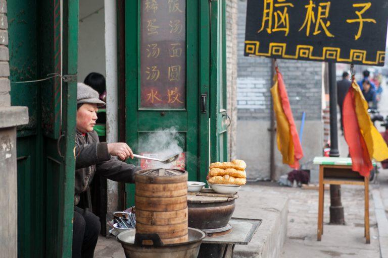 In einem Lokal in Pingyao bereitet eine Frau Essen zu. Pingyao - Shanxi - China