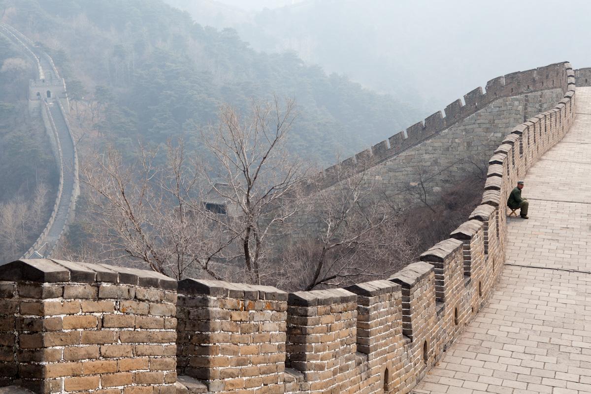 Ein Händler sitzt allein auf der chinesischen Großen Mauer bei Mutianyu. Der gut erhaltene Abschnitt befindet sich etwa 70 Kilometer nördlich von Peking. Mutianyu - China