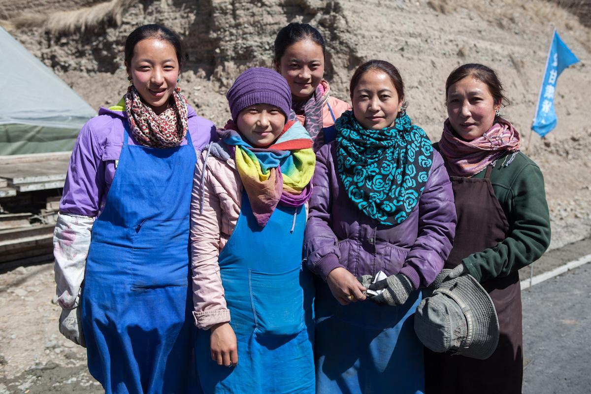 Straßenarbeiterinnen bei Xiahe - Gansu - China