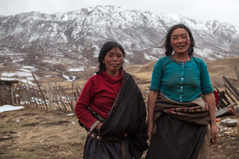 Frauen auf ihrem Hof in der Nähe von Langmusi. Gansu - China