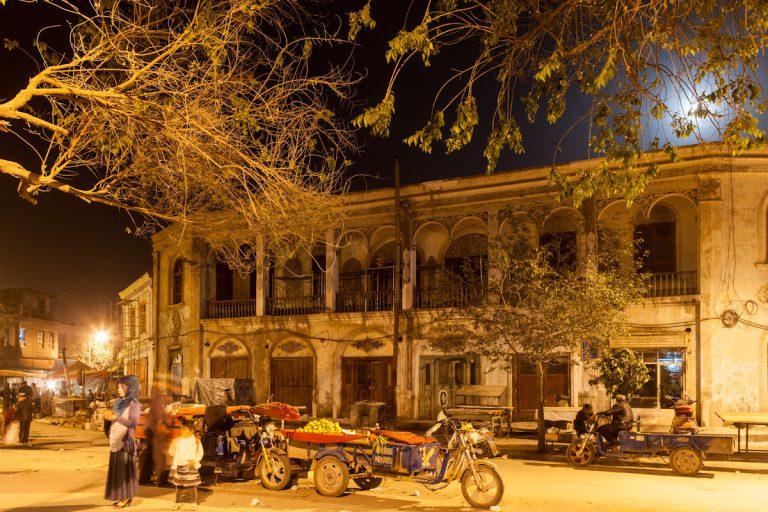 Abend in der Altstadt in Kashgar um 23:40 Uhr. Obwohl fast 4.000 Kilometer Richtung Westen von Peking entfernt, hat Kashgar, so wie ganz China, die selbe Zeitzone. Es wird fast zwei Stunden später hell, wodurch viele Aktivitäten zeitlich später stattfinden. Die letzten Händler räumen noch ihren Stand ab, gegenüber von einem alten Teehaus. Kashgar - Xinjiang - China