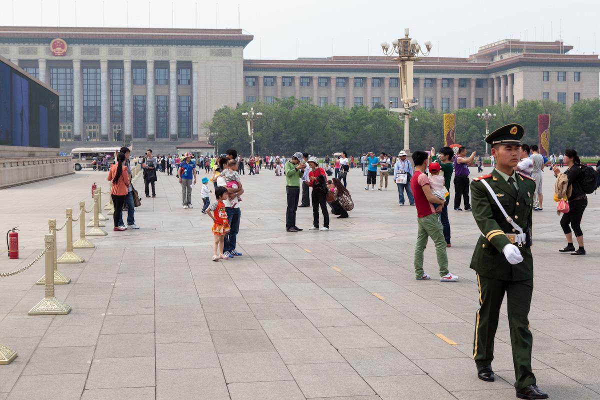 Ein Soldat schreitet, von der Großen Halle des Volkes kommend, den Platz des Himmlischen Friedens ab. Peking - China