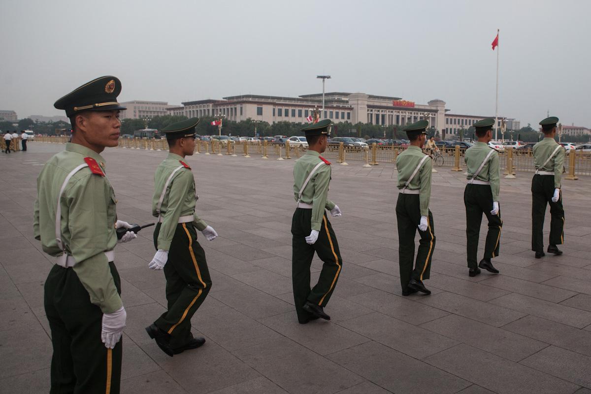 Die Soldaten bereiten die Zeremonie zur Einholung der Nationalflagge auf dem Platz des Himmlischen Friedens vor, wofür die Chang'an Avenue gesperrt wird. Weit sichtbar ist im Hintergrund das Chinesische Nationalmuseum. Peking - China