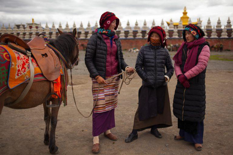 Tibetian women with horses in Tagong Autonome Präfektur Garzê Tibet Sichuan China 木雅金塔