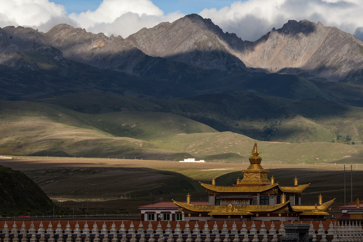 Bergkette Yala Snow Mountain und Muya Golden Tower bei Tagong. Autonome Präfektur Garzê Tibet - China