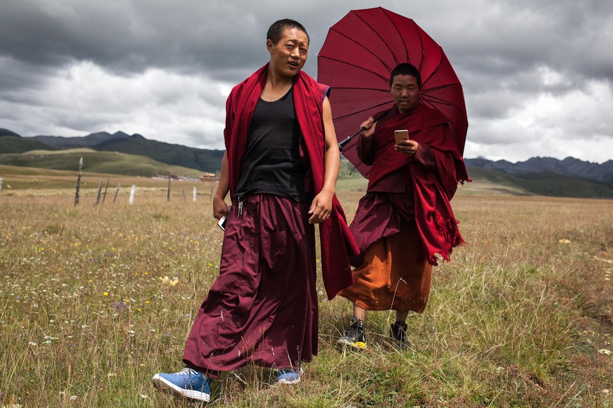 Zwei Mönche wandern in den Tagong Grasslands in der Nähe des Klosters Ani Gompa. Die Gegend um Tagong liegt auf einer Höhe von 3.700 Metern über dem Meeresspiegel und scheint von endloser Weite zu sein. Tagong - Autonome Präfektur Garzê Tibet - China