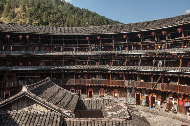 Innenhof eines Tolou in Tianluokeng in der Provinz Fujian. Tolou sind Lehmrundbauten, und gehören zur Volksgruppe der Hakka, die es nur im Südosten Chinas gibt. Tianluokeng - Fujian - China
