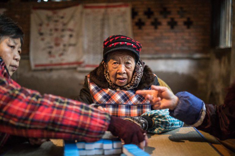 Gemeinderaum Dorf village Mahoing Frauen Woman Aiye Zigong Sichuan China