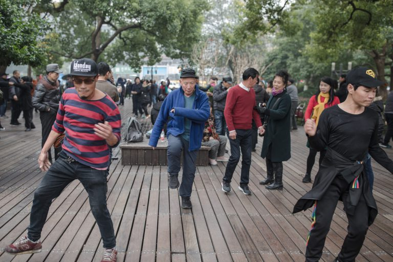 Gemeinsamer Tanz im Park am Seeufer am West Lake - Hangzhou - Zhejiang - China