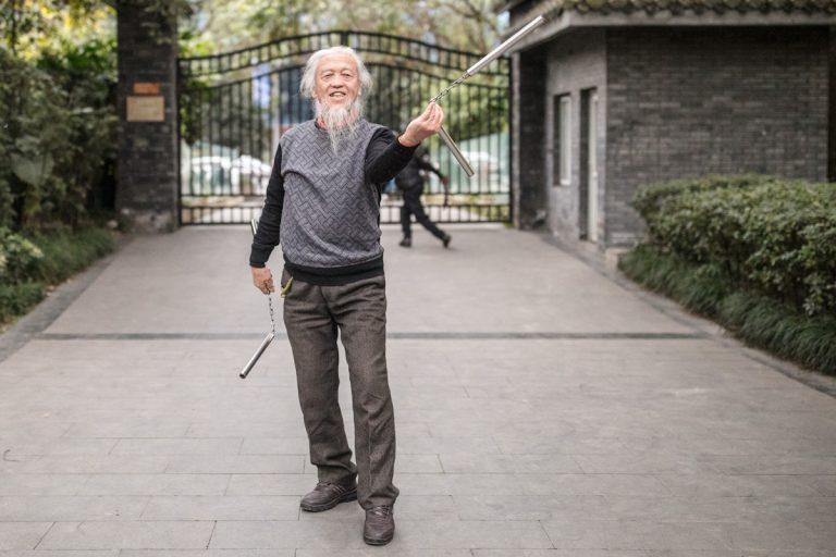 Der Mann führt sein Nunchaku vor, mit dem er hervorragend umgeht. Chengdu - Sichuan - China