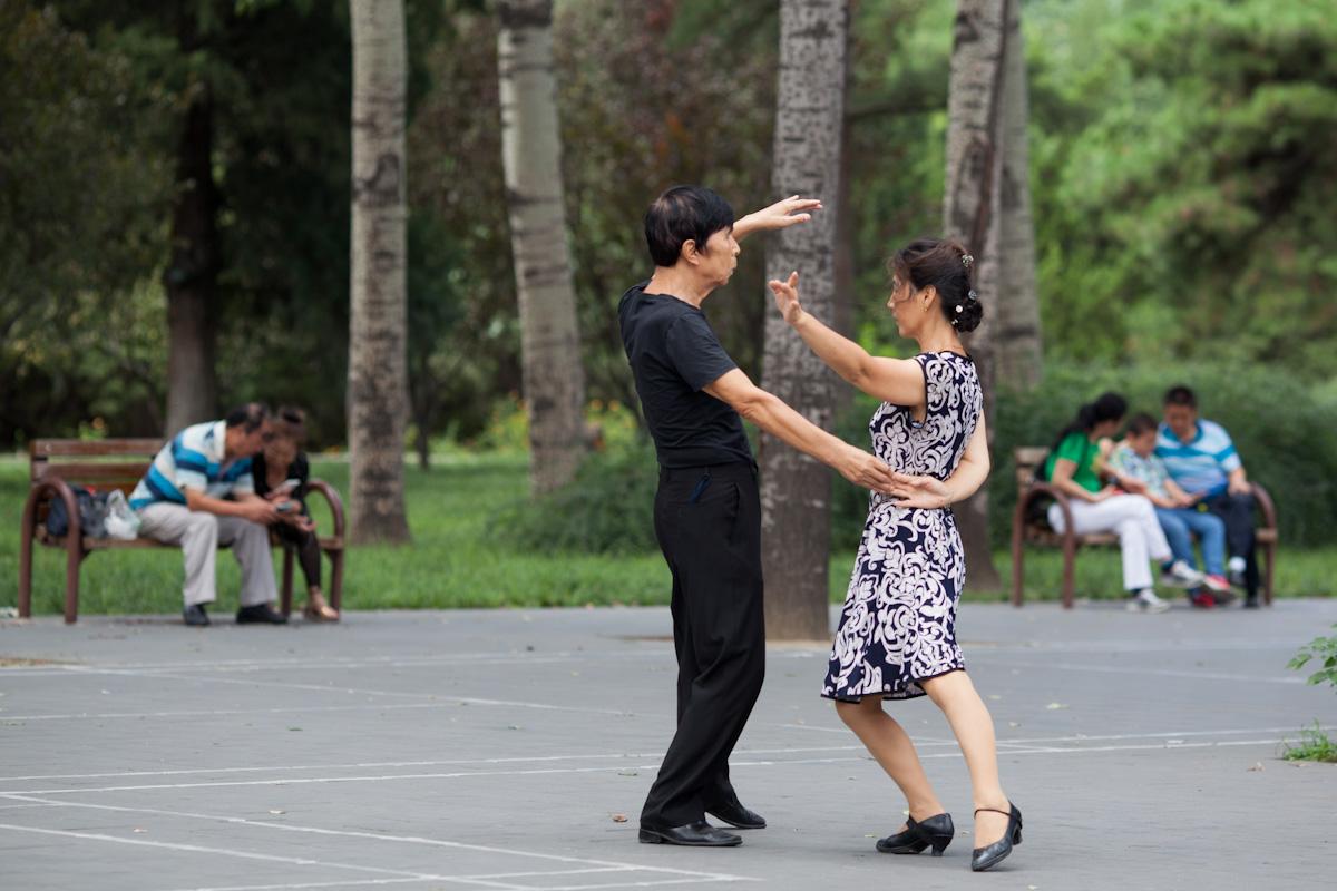 Das Paar tanzt zu Musik im Park am Himmelstempel in Peking - China
