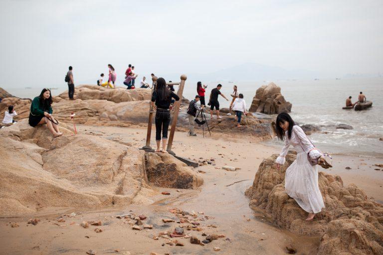 Besucher verbringen ihren Nachmittag am Baicheng-Strand. Xiamen - Fujian - China