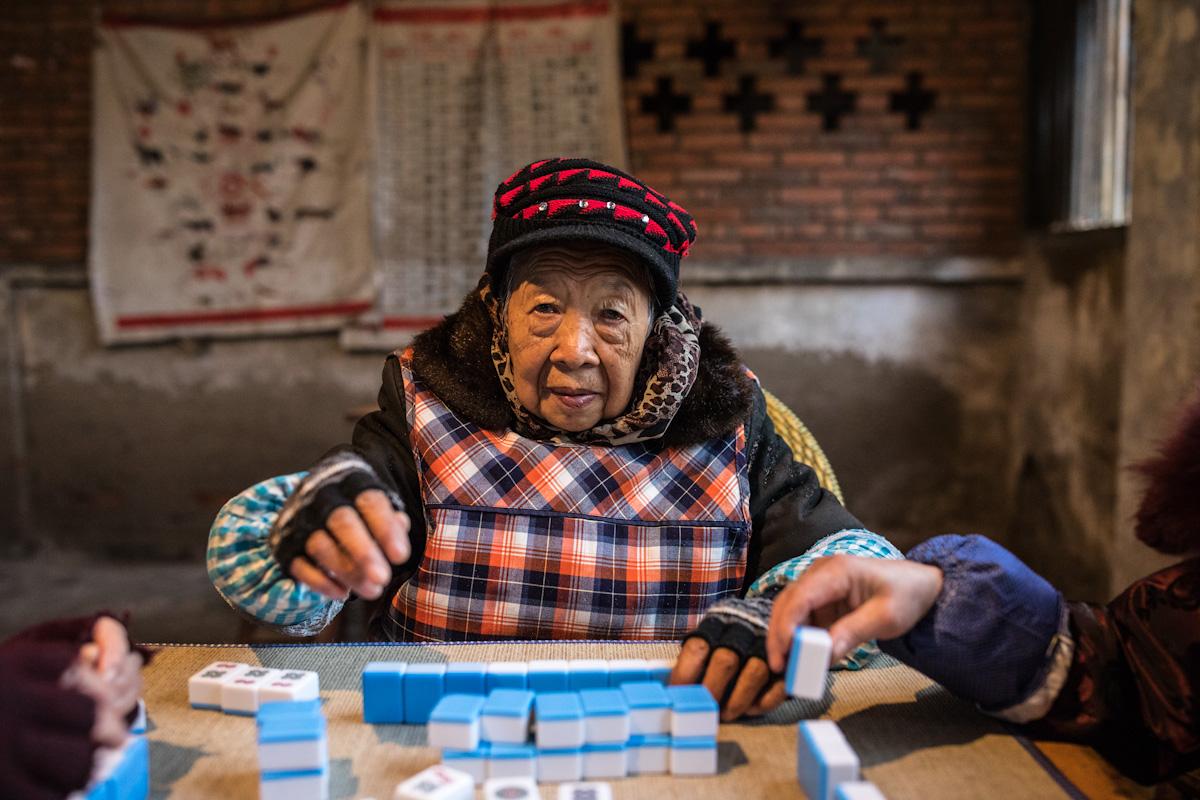 Frau beim Spiel Mahjong im Dorf Aiye bei Zigong - Sichuan - China