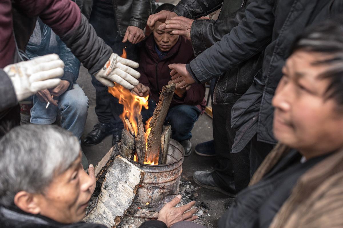 Arbeiter Handwerker Winter Feuer Zunyi Guizhou China