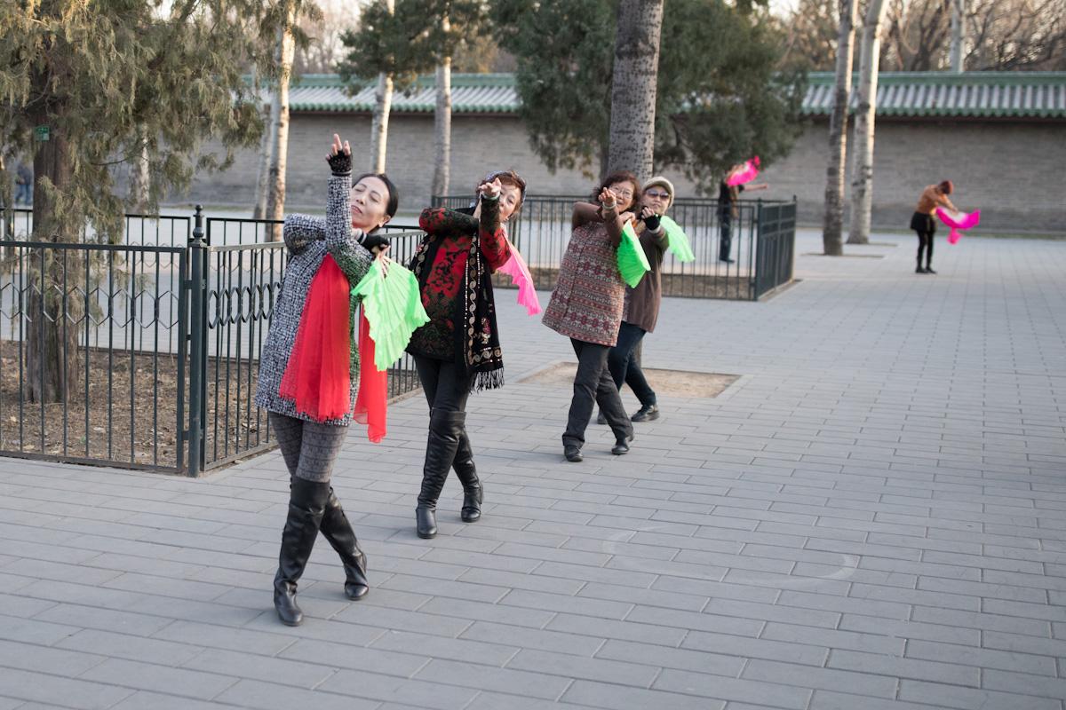 Die Frauen proben für einen Tanz im Park am Himmelstempel in Peking - China