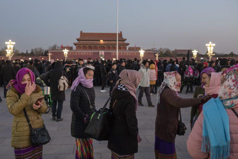 Die Frauen auf dem Platz des Himmlischen Friedens schützen sich vor der winterlichen Kälte. Peking - China