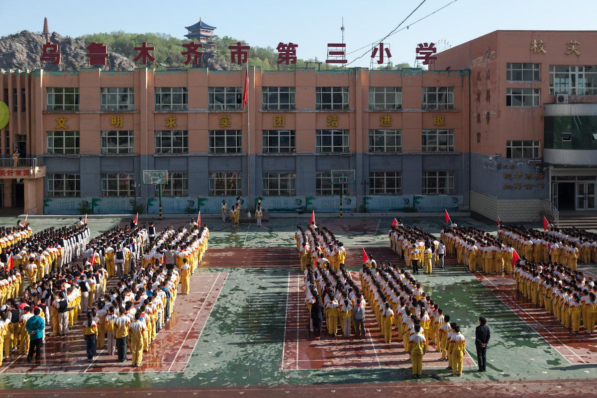 Fahnenappell am Montag morgen an einer Schule in Urumqi. Urumqi ist die Hauptstadt der Provinz Xinjiang, die im Westen Chinas liegt. Urumqi - Xinjiang - China