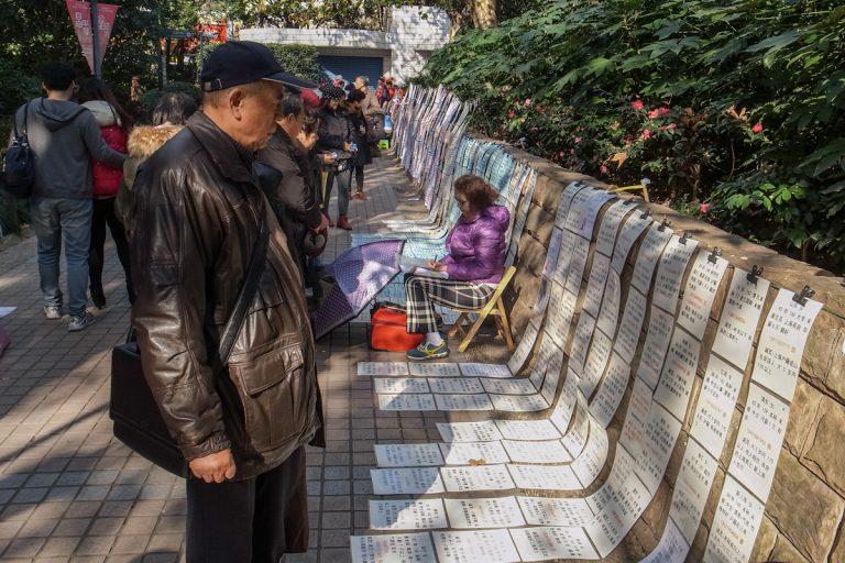 Jeden Sonnabend ist Heiratsmarkt in einem Park in Shanghai. Auf den Plakaten stehen Informationen von Frauen und Männern, für die jemand einen Partner sucht. Shanghai - China