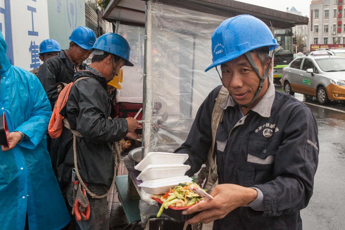 Bauarbeiter während der Mittagspause beim Bau des neuen Bahnhof in Harbin. Heilongjiang - China