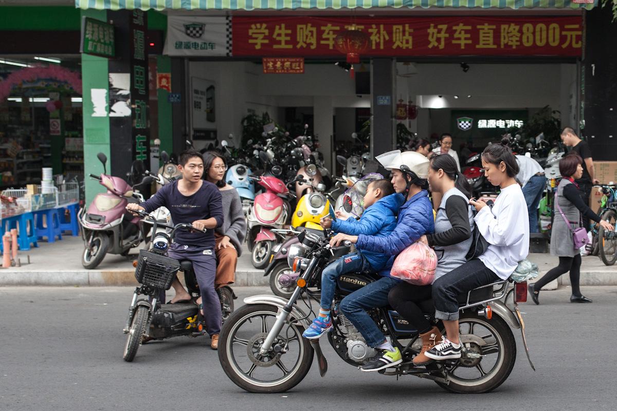 Das Mofa und Motorrad zählt mit zu den meistgenutzten Verkehrsmitteln. Dass, vollbesetzt und der Platz darauf reicht, gleich für die ganze Familie, die zu viert unterwegs ist. Nanjing - Fujian - China