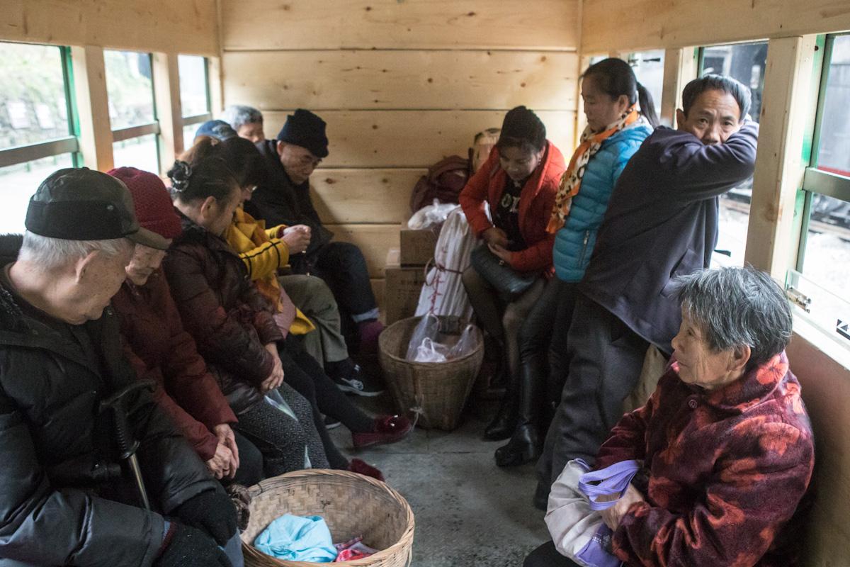 Der Personenwaggon dient mehr dem Transport von Gütern und verfügt nur über wenige Sitzplätze. Am Anfang war die Strecke dem Bergbau vorbehalten, erst später kamen Personenwaggons hinzu. Yuejin Bagou - Sichuan - China