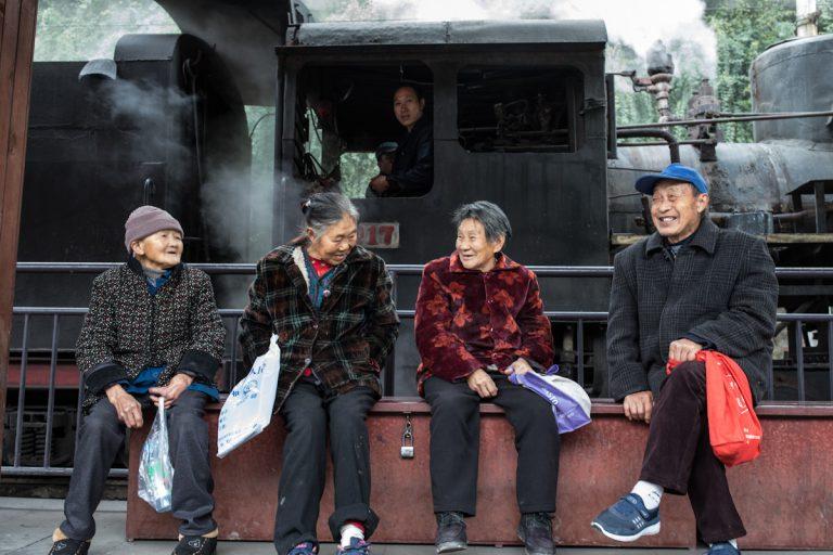Einheimische warten in Yejin auf den kohlebetriebenen Dampfzug, der die umliegenden Dörfer verbindet.