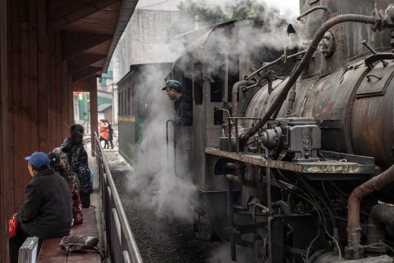Die Dampflok erreicht den Bahnhof Yejin. Sichuan - China