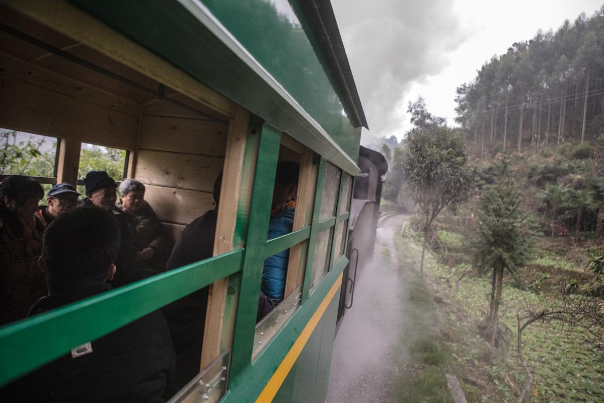 Der Zug verbindet acht Dörfer und benötigt für die Strecke von 20 Kilometern etwa 75 Minuten. Yuejin Bagou - Sichuan - China