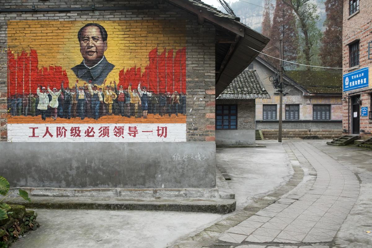 """Wandgestaltung an einem Haus im Dorf Bagou: """"Die Arbeiterklasse muss alles führen"""" - Bagou - Sichuan - China"""