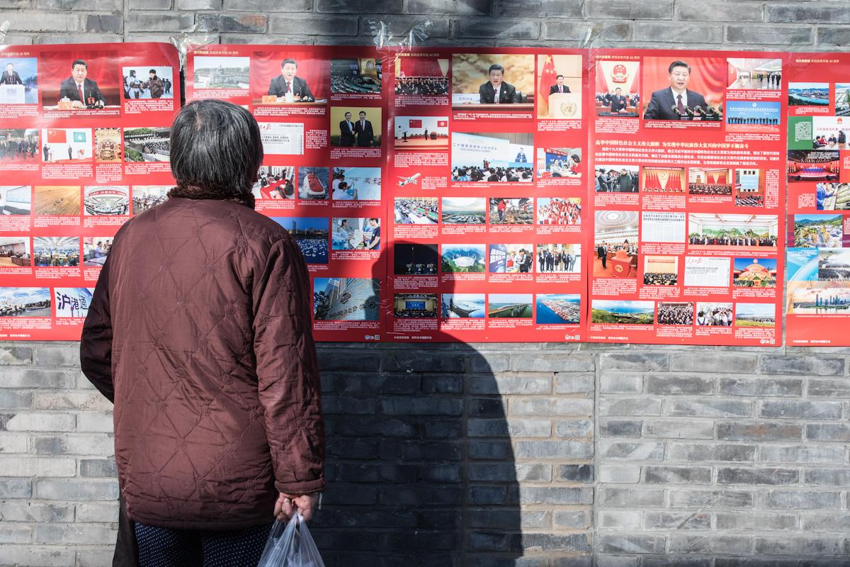 Eine Frau liest Meldungen einer öffentlichen Wandzeitung, die an einer Hauswand angebracht wurde. Am 18.12.2018 beging China den 40. Jahrestag der wirtschaftlichen Öffnung. Peking - China