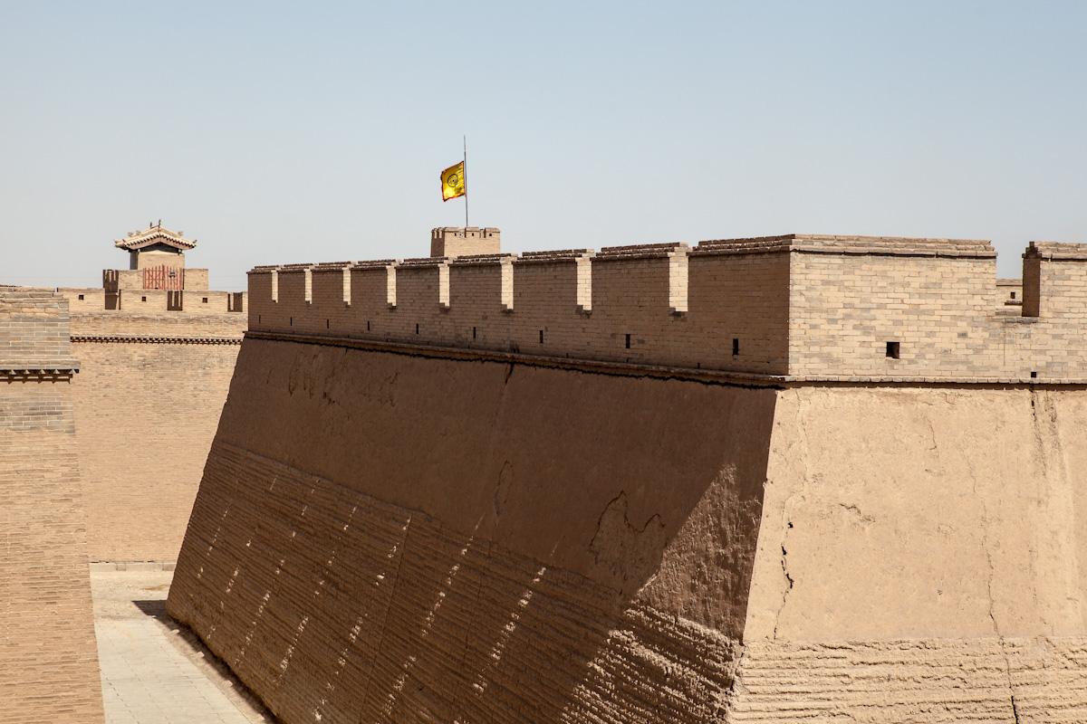 Das Jiayuguan-Fort macht einen Eindruck von Unüberwindbarkeit. Jiayuguan - Gansu - China