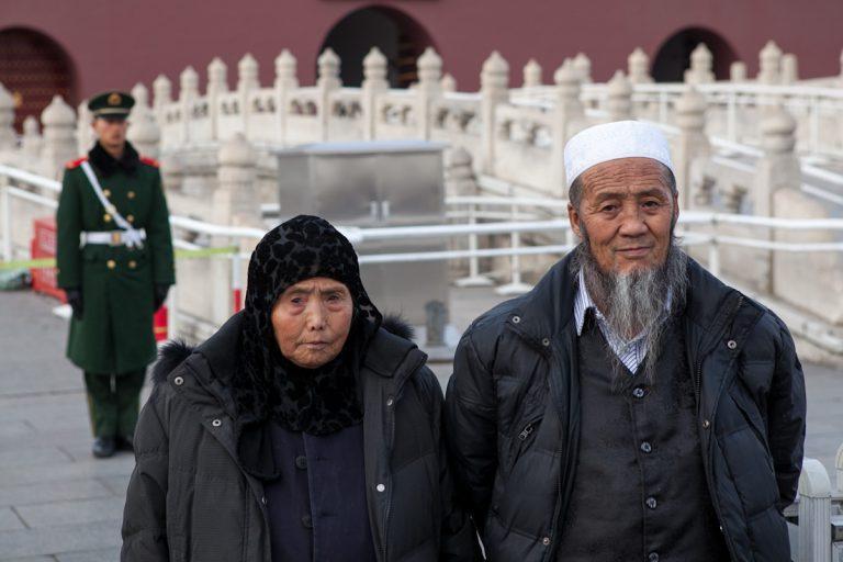 Ein älteres Paar vor dem Tor des Himmlischen Friedens. Peking - China