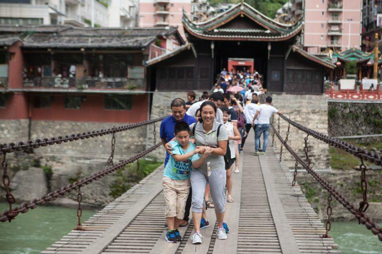 Die Luding-Brücke wurde 1706 gebaut und erlangte Bekanntheit durch den Langen Marsch 1935. Streitkräfte der Roten Armee eroberten damals die Brücke und ist heute ein bekanntes Ausflugsziel bei Chinesen. Luding - Autonome Präfektur Garzê Tibet - China