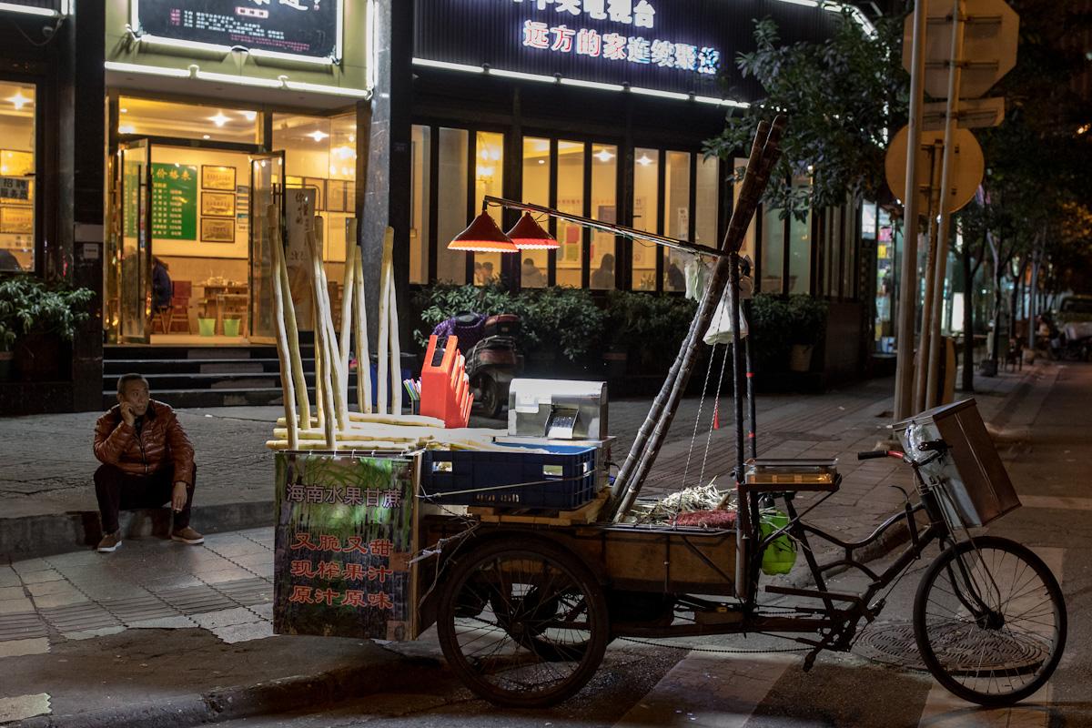 Nächtlicher Imbiss: Ein Imbissverkäufer wartet an einer Kreuzung in Chengdu auf Kundschaft. Chengdu - Sichuan - China