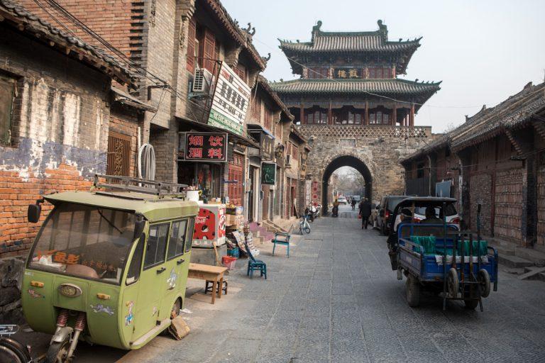 An mehreren kleinen Geschäften vorbei, führt die Straße in Luoyang durch die Altstadt zum Stadttor. Luoyang - Henan - China