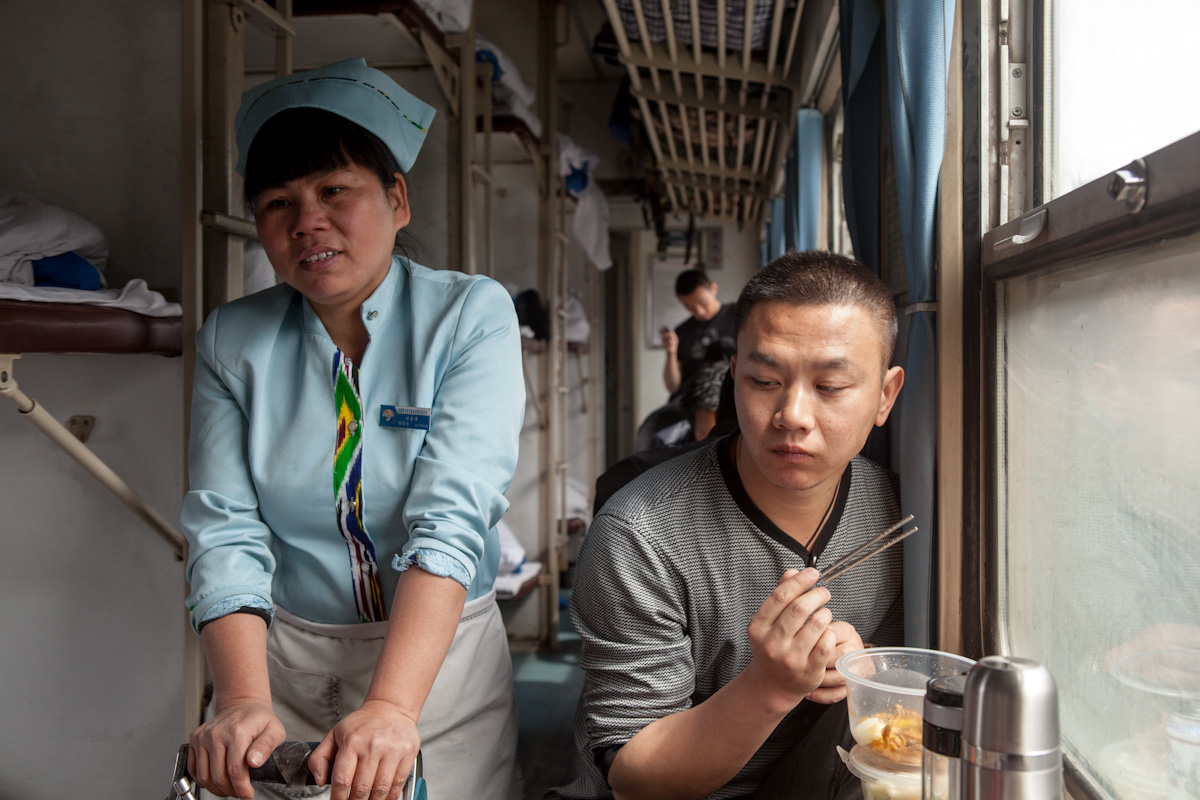Asia, Asien, China, Xinjiang, Urumqi, Train, Zug, Woman, Frau, work, Men, Mann, Arbeit, Hans-Joachim Eggert