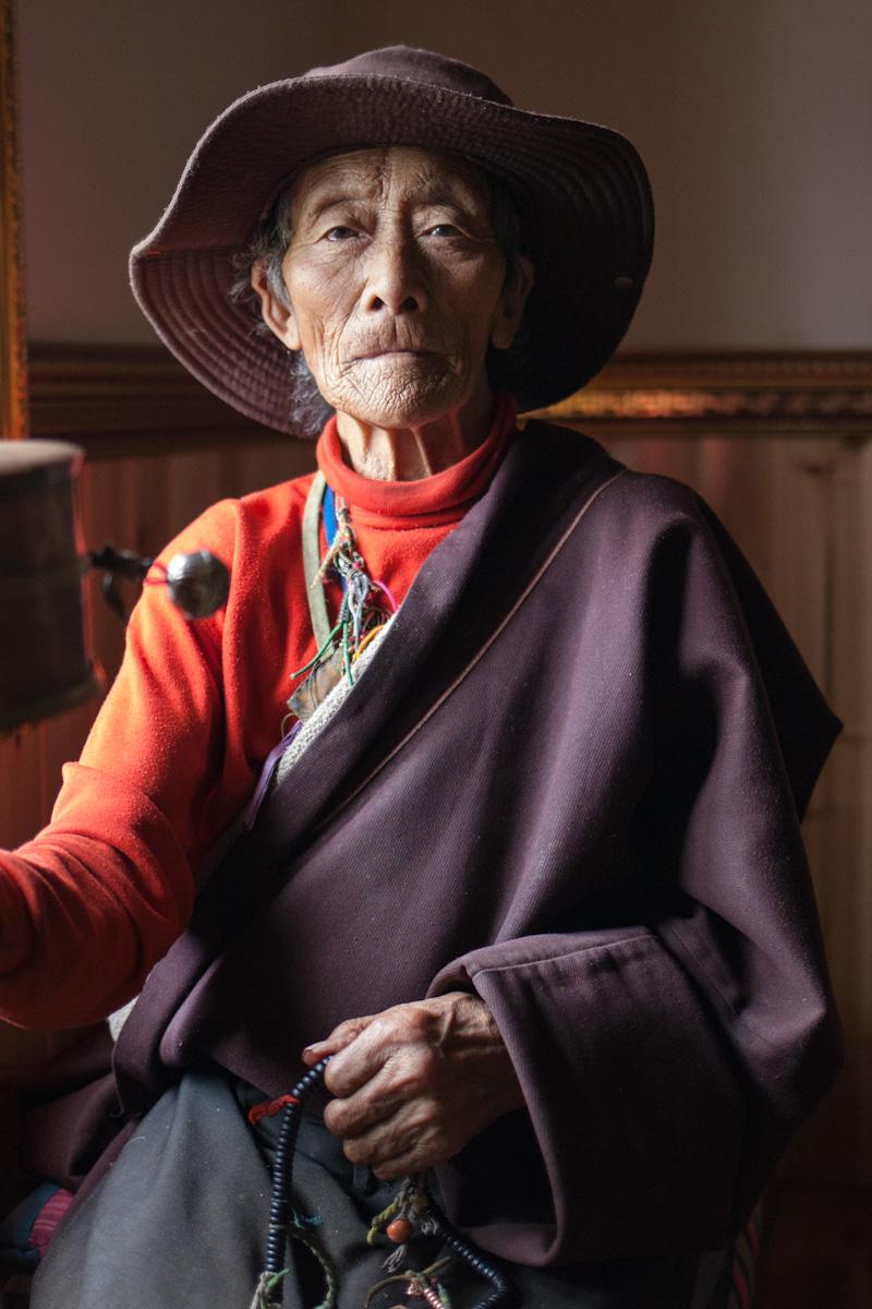 Tibetian Woman older woman near Tagong in Xiamalongcun Autonome Präfektur Garzê Tibet Sichuan China