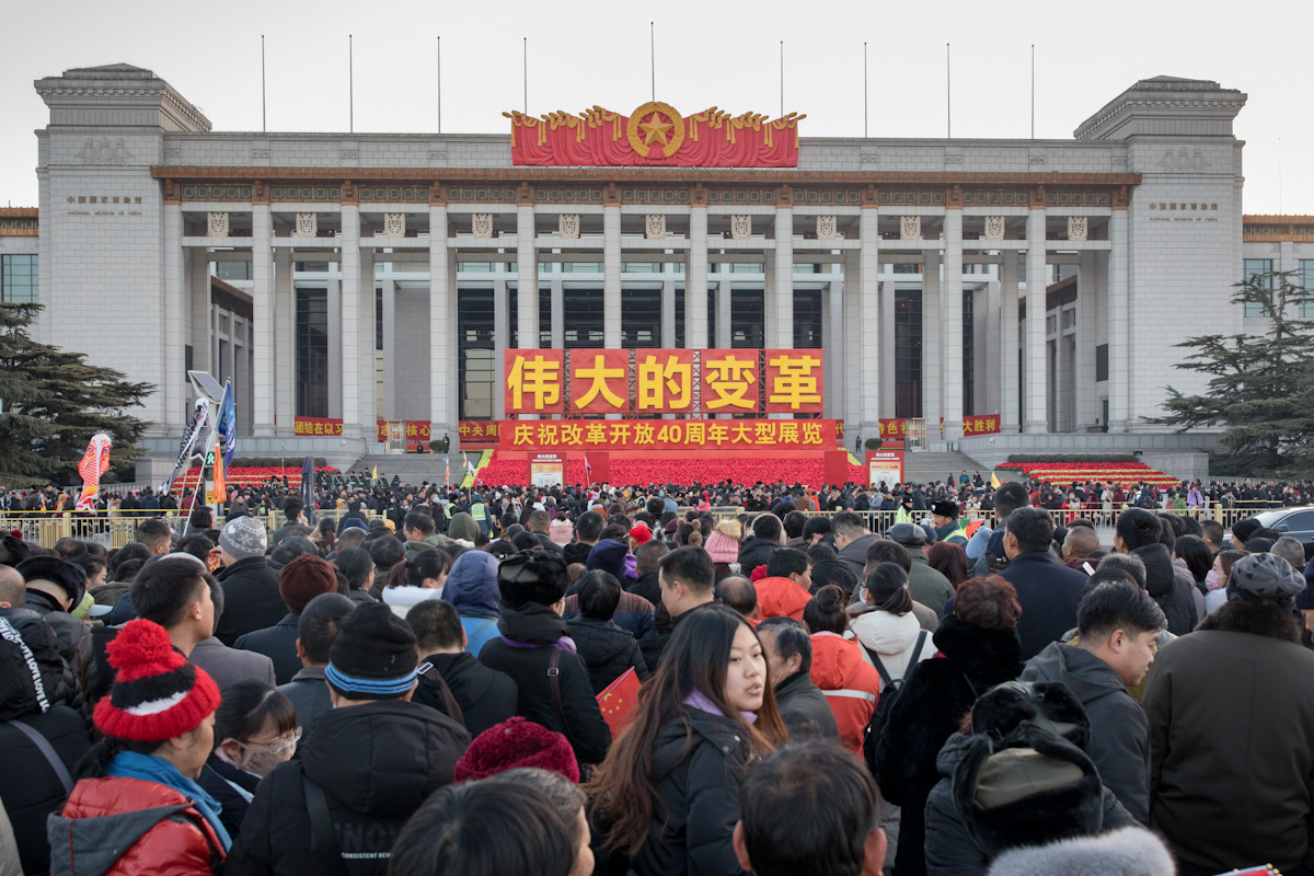 Besucher auf ihrem Weg in Richtung des Chinesischen Nationalmuseums. In diesem wurde gerade eine Sonderausstellung zum 40. Jahrestag der wirtschaftlichen Öffnung Chinas 2018 eröffnet. Peking - China