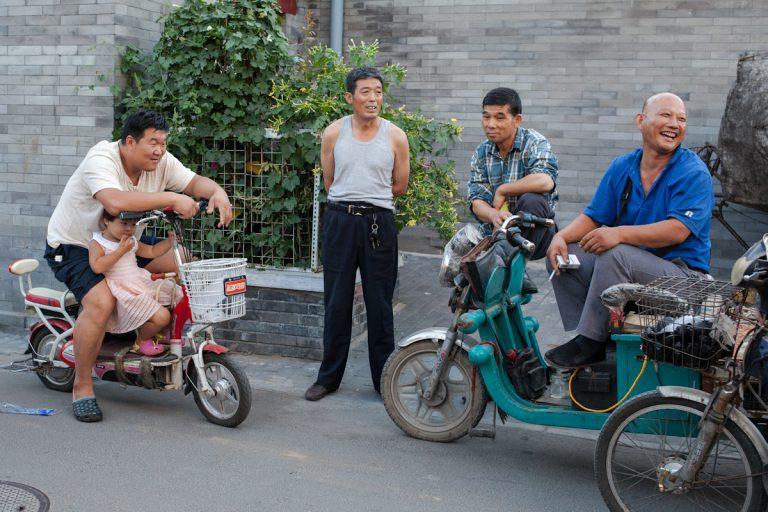 Anwohner eines Hutongs unterhalten sich an einem Sommerabend. Peking - China