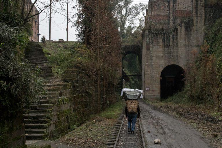 Ein lokaler Dorfbewohner läuft auf den Gleisen in der Nähe von Bagou nach Jiaoba. Bagou - Sichuan - China