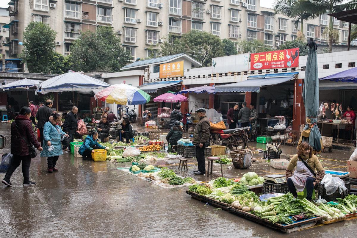 Anwohner aus den umliegenden Dörfern von Qianwei verkaufen Gemüse auf dem Markt. Qianwei - Sichuan - China