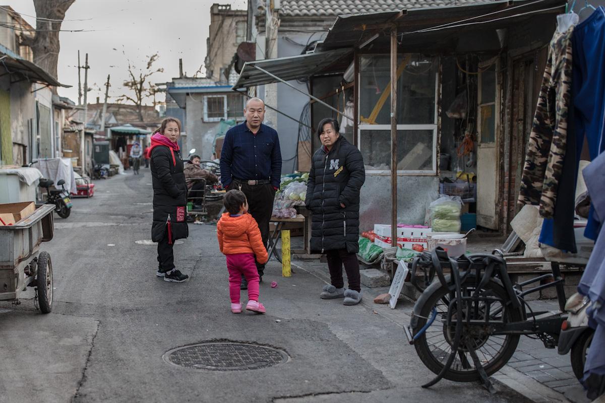 Lokale Bewohner im Gespräch vor einem kleinen Geschäft in einem Hutong. Peking - China