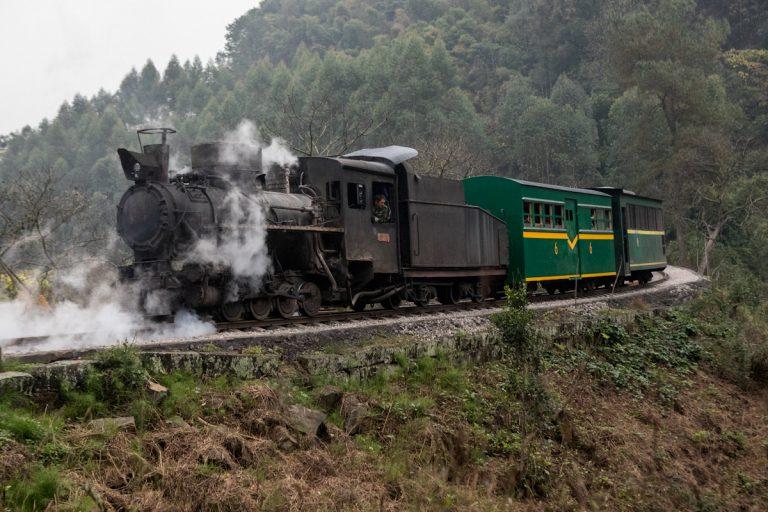 Die Dampflok fährt durch die Jiaoba-Kurve auf dem Weg nach Bagou. Die fast 20 Kilometer lange Zugstrecke zwischen Shixi und Huangcunjing wurde Ende der 1950er Jahre in Betrieb genommen. Yuejin Bagou - Sichuan - China