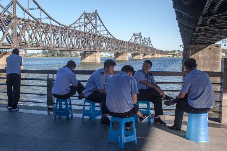 Police Polizei Dandong Liaoning China Border Grenze Fluss River Yalu Chinesisch-koreanische Freundschaftsbrücke