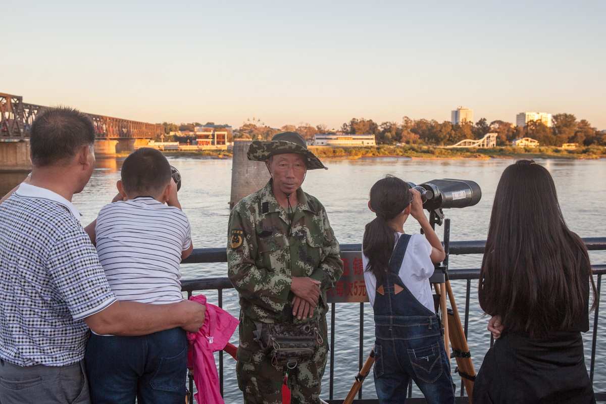 Dandong Liaoning China Nordkorea North Korea Sinŭiju Sinuiju Border Grenze Yalu Chinese Tourists