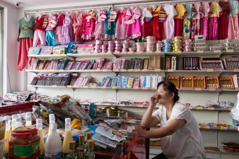 Verkäuferin Geschäft Touristen Tourists Dandong Liaoning China