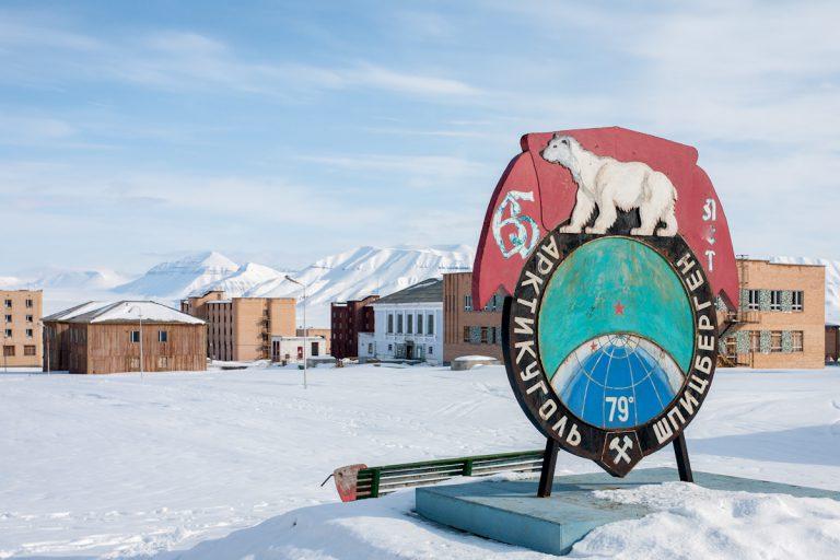 arktis arctic spitzbergen svalbard pyramiden haus house platz square verlassener ort lost places winter snow schnee