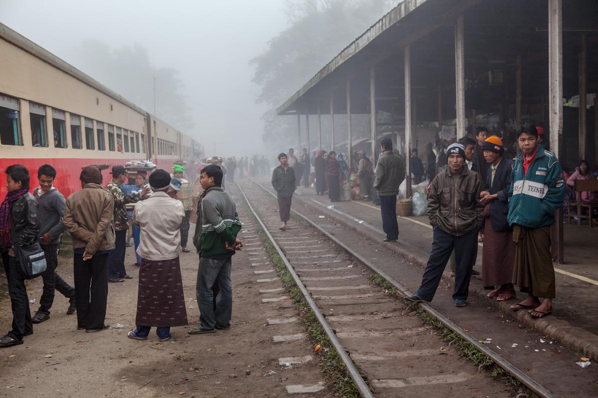 Asien Asia Myanmar Burma Birma Mandalay Myitkyina Zug Train mohnyin railwaystation bahnhof