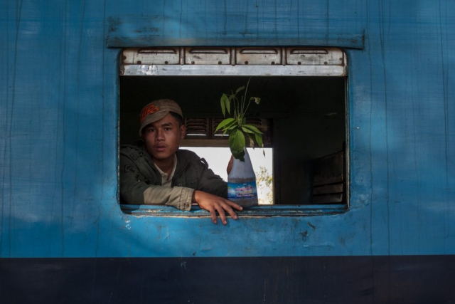 Asien Asia Myanmar Burma Birma Mandalay Myitkyina Zug Train mawhun men in the train